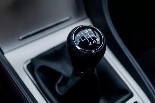 代表车型有老款教练车桑塔纳,以及一些手动挡日系车,如丰田卡罗拉等   按钮式倒挡   按钮式倒挡很多汽车都采用,主要是运用在自动挡汽车